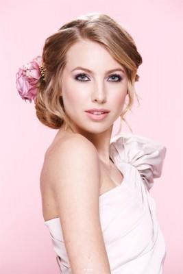 Hoa hồng cài tóc cho cô dâu lãng mạn